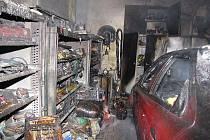 Čtyři jednotky hasičů vyjely v neděli vpodvečer k jednomu rodinnému domku v Petrovicích. V místní části Prstná totiž došlo k požáru garáže.