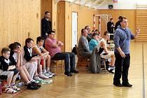 Vyrazit je možno třeba na basketbal. Mladí muži Sokola budou slavit titul.
