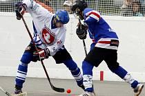 Hokejbalisté stěžejní duel s Pardubicemi nezvládli, nicméně jejich pozice už není beznadějná.