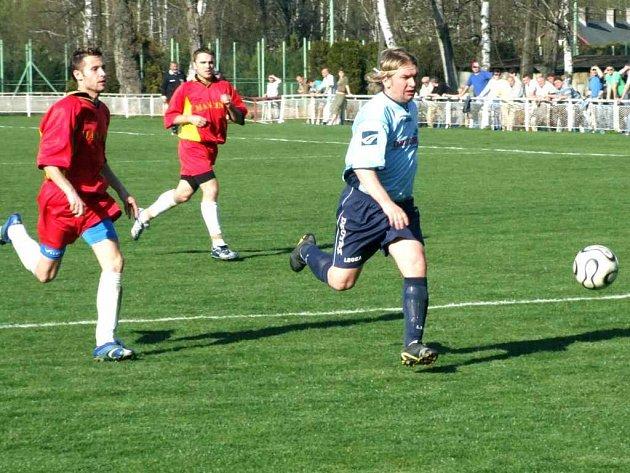 Fortbalisté Horní Suché (tmavé dresy) předvedli v domácím zápase proti Neborům mizerný výkon.