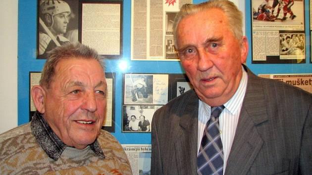 Bývalí vítkovičtí hokejisté Josef Mikoláš (vlevo) a Ladislav Staněk na vernisáži.