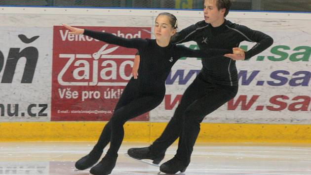 Premiéru Grand Prix juniorů ostravská sportovní dvojice Alexandra Herbriková – Lukáš Ovčáček (na snímku z tréninku) zvládla, v závodě obsadila 13. místo.