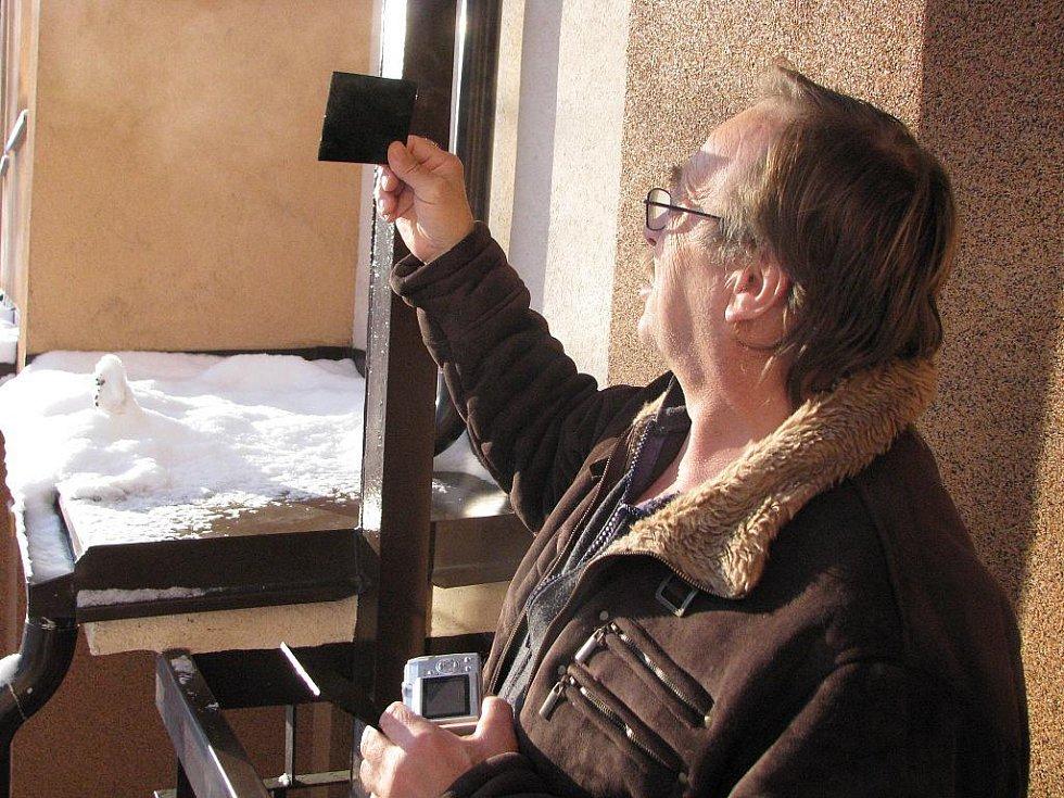 Zatmění Slunce pozorovali také lidé na severu Moravy a ve Slezsku. Na snímku je Lubomír Šesták z Havířova, který k pozorování použil sklo ze svařovací kukly.