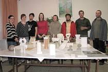Modely křtitelnic. V pozadí studenti a pedagog Robert Buček (vpravo).