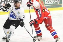Hokejisté Havířova (bílé dresy) se tentokrát na výhru s Porubou pořádně nadřeli.