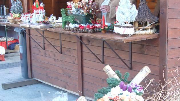 Vánoční ozdoby, věnce a svícny, ale také punč a medovinu na zahřátí nabízeli kolemjdoucím trhovci na Vánočním jarmarku v Karviné.