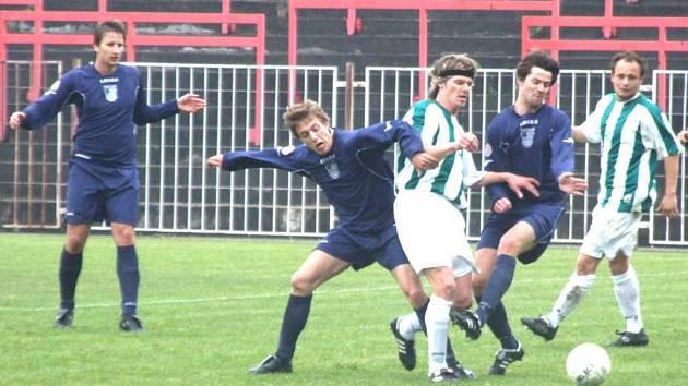 Fotbalisté MFK Havířov (v modrém) si v sobotu poradili s Čeladnou.