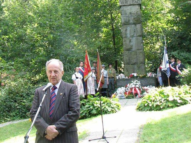K památníku v Těrlicku-Kostelci na tzv. Zwirkowisko přijíždějí pravidelně pozůstalí. Na snímku je syn jednoho z pilotů Henryk Zwirko.
