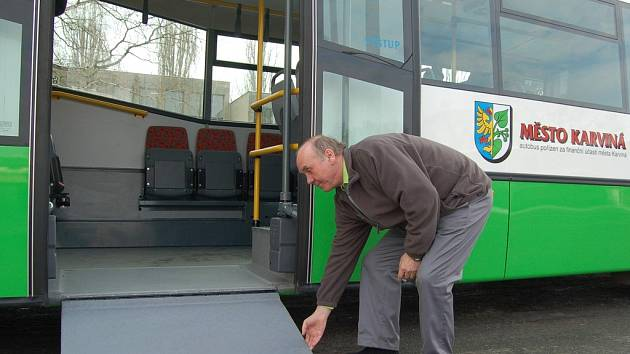 Nový autobus je nízkopodlažní a má i plošinu pro nástup vozíčkářů.