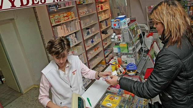Mnoho lékáren na Karvinsku mělo včera ještě zavřeno. Ostatní fungující lékárny tak trpělivě obsluhovaly dlouhé fronty.