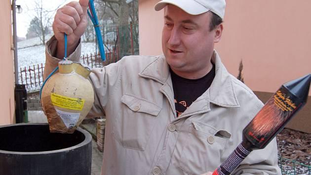 Pyrotechnik Tomáš Bryndáč předvádí své výrobky.