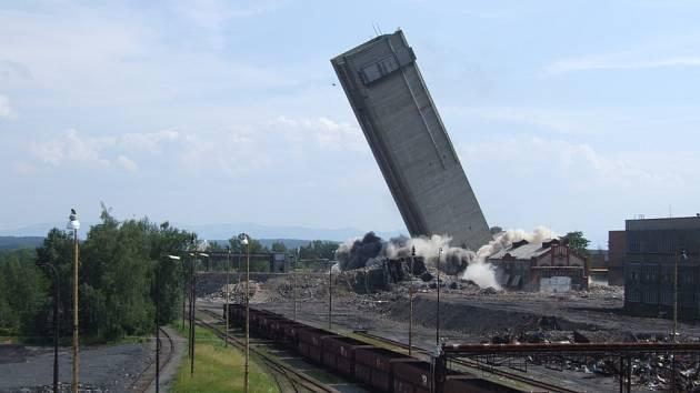 Odstřel skipové věže dolu Dukla