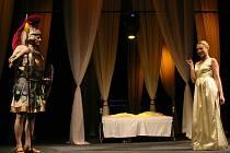 Hra Jeana Giraudoux Amfitrion 38, jejíž premiéra se konala v červnu, již patří do divadelní sezóny 2009/2010 polské scény Těšínského divadla.