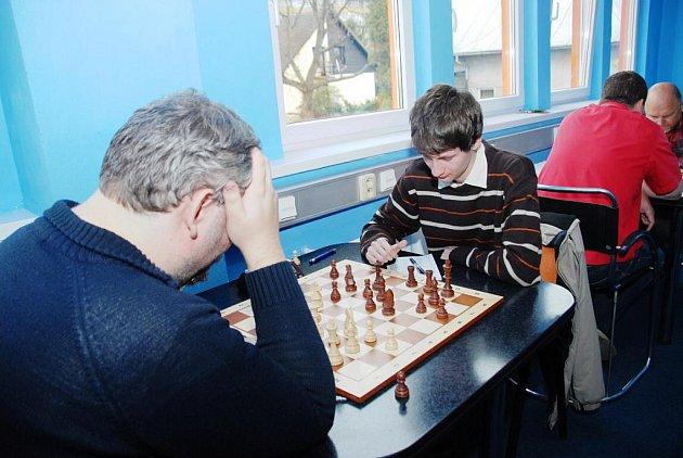 Na snímku vpravo je Martin Jurčík z Karviné, který v Třinci zvítězil nad Janem Sikorou.