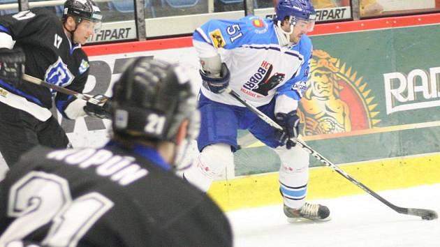 Havířovští hokejisté (černé dresy) vyhráli s Valašským Meziříčím hlavně díky tomu, že využili tři přesilovky.