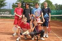 Na snímku jsou starší žáci Junior Tenisu Karviná. Horní řada zleva: K. Šafránek, Orság, Bařina a Mazur, dole v podřepu F. Šafránek a Malyszová. Na snímku chybí Ptáková a Valuštíková.