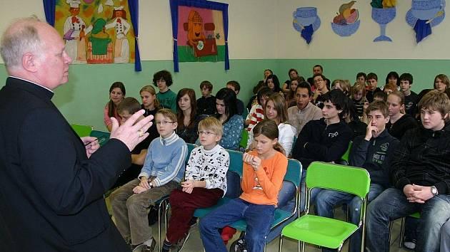 Biskup František Václav Lobkowicz beseduje se školáky