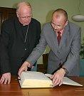 Biskup František Václav Lobkowicz se starostu Bohumína Petrem Víchou nad pamětní knihou