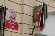 V polském Cieszynie vlají na počest zesnulého prezidenta Lecha Kaczyńského a dalších obětí letecké katastrofy vlajky na půl žerdi nebo ověšené černou stuhou.