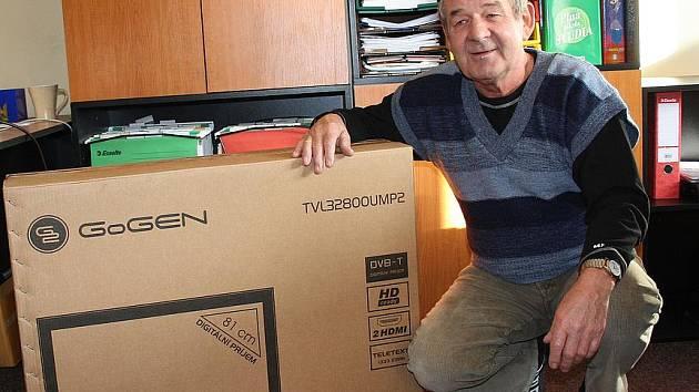 Vítěz podzimního klání v TIPlize Zdeněk Šlachetka si jako první cenu odvezl LCD televizi.