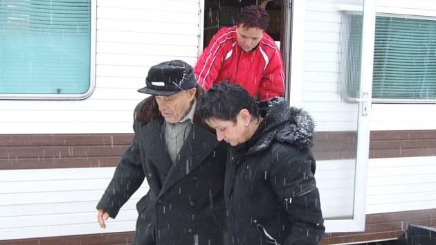 Nové bydlení pro Jana Prochovníka, sociální pracovnice pomáhají penzistovi