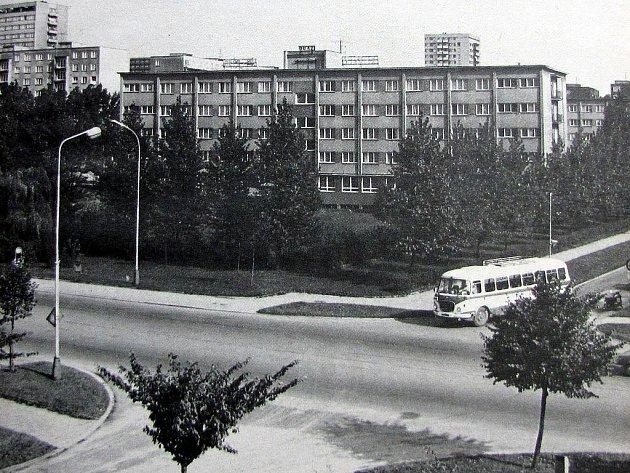 MINULOST. Fotografie zachycuje hornické učiliště zulice 17.listopadu ve druhé polovině 70.let 20.století.