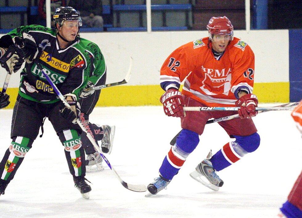 Hokejisté Karviné (v oranžovém) zdolali doma Horní Benešov. Na snímku vpravo Daniel Kravčík.