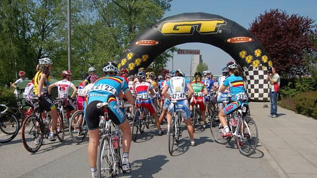 Cyklistky čekají na startovní výstřel.