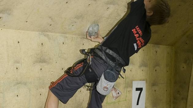 Orlovský závodník A. Smiga při zdolávání umělé stěny. Orlovský lezec nakonec vyhrál.