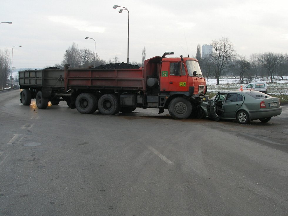 Nehoda nákladního vozu s osobním na Ostravské ulici v Orlové