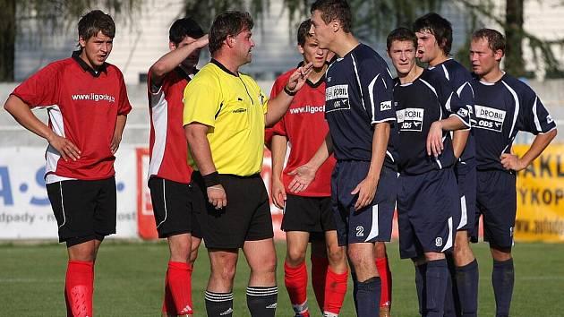 Fotbalisté obou týmů diskutují s rozhodčím. Víc spokojenosti zůstalo na straně Dětmarovic.