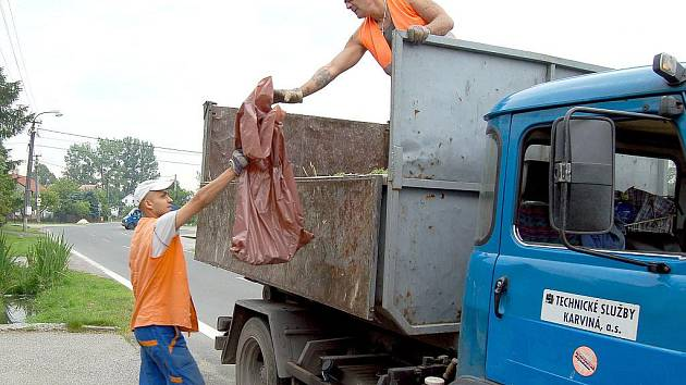 Hnědé pytle s bioodpadem se v Karviné budou vyvážet už příští týden.