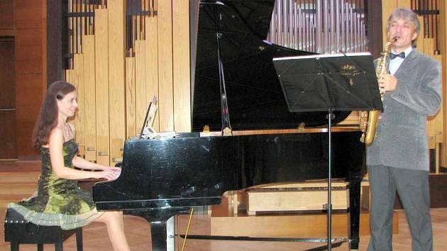 V Kulturním domě Radost zahráli jako první klavíristka Laura Vlková a saxofonista Roman Fojtíček.