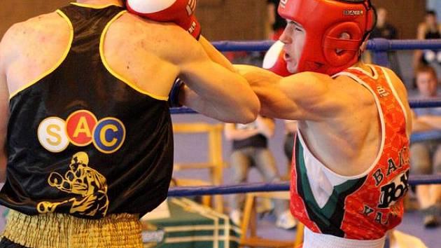 Tomáš Sojka (v červeném) v akci.