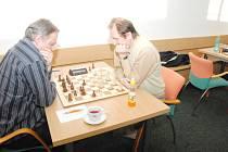 Šachisté hrají o záchranu. Na snímku orlovský Václav Mitura (vlevo) a karvinský Jaroslav Sobek.
