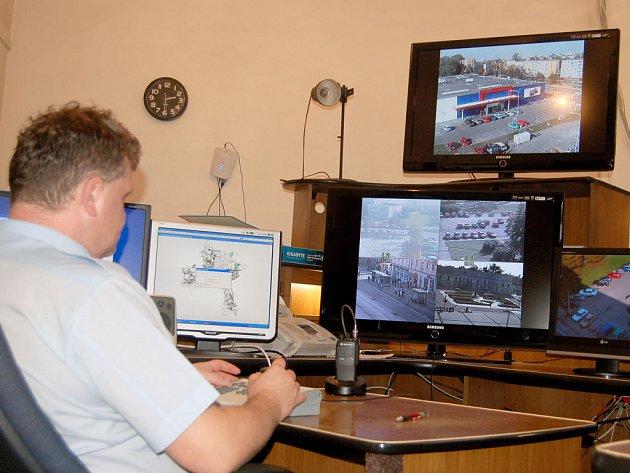 Moderní centrála kamerového systému městské policie v Karviné.