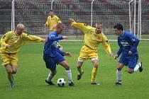 Orlovští fotbalisté (ve žlutém) doma znovu prohráli, tentokrát s Porubou.
