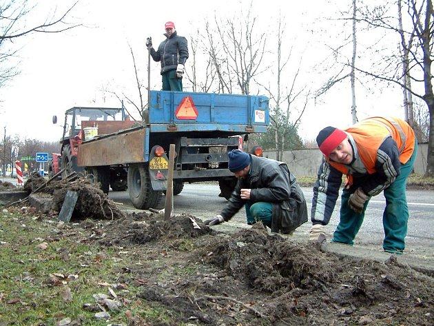 Na Moskevské ulici se postupně opraví obrubníky podél celé silnice.