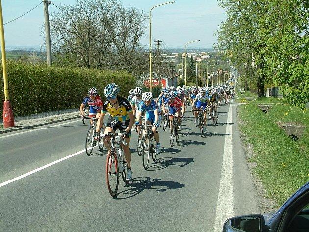 Cyklistický závod Gracia Orlová, výjezd pelotonu do Bludovického kopce v Havířově