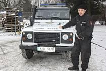 Karvinští strážníci mají k dispozici nový terénní vůz, se kterým se dostanou i do obtížně přístupných míst na periferii, například v rekultivovaných oblastech.
