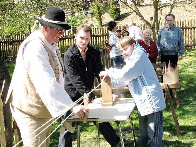 Mezi dětmi byl velký zájem o výrobu ručně tkaných provazů.