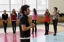 Dívky nacvičovaly v tělocvičně Střední školy v Prostřední Suché choreografii pod vedením Pavla Bauera.