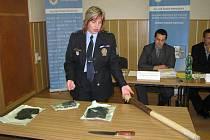 Kriminalisté zajistili jak útočníkův nůž, tak i dřevěnou tyč, kterou se chránil jeden z čerpadlářů.