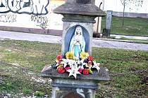 Kříž v Jablunkovské ulici ve Svibici už zase září novotou