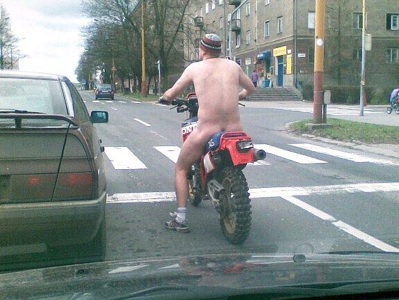 Nahý motorkář v ulicích Havířova.