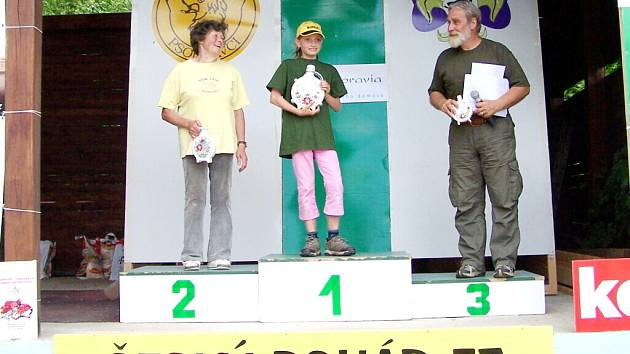 Nejmladší závodnice Magdaléna Gencová z Orlové (uprostřed) s pohárem za vítězství v soutěži družstev.