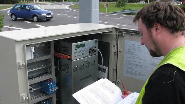 Technik seřizující semafory na havířovském kruhovém objezdu