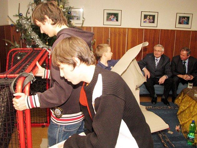 Radost z dárků měly i děti z Dětského domova v Čelakovského ulici. Florbalové branky a další florbalová výbava přišly zaníceným sportovcům určitě vhod.