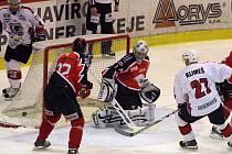 Havířovští hokejisté (bílé dresy) v utkání se znojemskými Orly