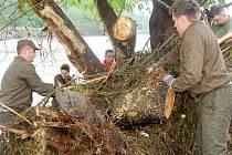 S pozáplavovým úklidem pomáhají vojáci